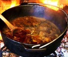 Sous 60 ml Brandewyn 750 ml droë rooiwyn 375 ml blatjang 125 ml Worcestersous 125 ml tamatiesous botterbone se vloeistof 1 pakkie beesstertsoppoeier 250 ml kookwater 30 ml gemengde, gedroogde kruie… Meat Recipes, Chicken Recipes, Cooking Recipes, Recipies, Outdoor Food, Outdoor Cooking, Biltong, Mince Meat, South African Recipes
