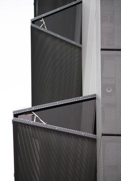 Gewöhnlicherweise muss man sich für eine bestimmte Fassade entscheiden, doch mit horizontalen Faltläden lässt sich der Charakter eines Gebäudes auch dann noch verändern.