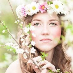 Romantischer Look passend zur Gartenhochzeit gesucht? Dann greif zu Efeu, Margeriten & Co! Wir erklären Schritt für Schritt, wie...