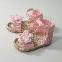 For a little Princess here are some Sandals made in crochet for baby girl. Sandal booties made entirely by hand with colored cotton candy pink. Embellished with an elegant flower on the front. Size 3 months (approx 9 cm.)  Ability to request them in other colors and sizes. For information contact me without any problems.  Hand wash in warm water with mild soap.  You work in a home without smoke and pets.