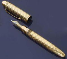 Montblanc Stylo plume Meisterstuck. Corps et capuchon en or jaune cannelé. Clip en or. Plume en or à deux tons gravée d'une fleur de lys. Signé. Maurice Chevalier's Montblanc gold fountain pen
