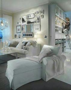 Decoración espacios blancos con acentos en gris y metal.