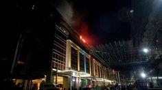 <p>Al menos 36 personas han perdido la vida asfixiadas durante el asalto para robar un casino en Manila perpetrado anoche por un hombre armado, informaron este viernes las autoridades filipinas. Según estas fuentes la mayoría de las víctimas perecieron asfixiadas por el humo después de que el sospechoso prendiera fuego a varias mesas de juego y otras durante la estampida general, declaró un portavoz de los bomberos, según recoge el canal ABS-CBN.</p>