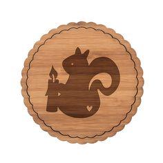 Untersetzer Rundwelle Eichhörnchen mit Kerze aus Bambus  Coffee - Das Original von Mr. & Mrs. Panda.  Diese runden Untersetzer mit einer wunderschönen Wellenform sind ein besonderes Highlight auf jedem Esstisch. Jeder Gläser Untersetzer wurde mit viel Liebe handgefertigt und alle unsere Motive sind mit besonders viel Hingabe von unserer Designerin gestaltet worden.     Über unser Motiv Eichhörnchen mit Kerze  In besinnlichen Zeiten zünden wir uns gerne eine Kerze an. So auch das kleine…