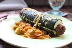 Wer braucht schon Hot-Dog-Brötchen, wenn Zucchini da sind... 4 Portionen 6 Zucchini (1200 g) längs zerteilt und das Kerngehäuse mit einem Löffel entfernt 6