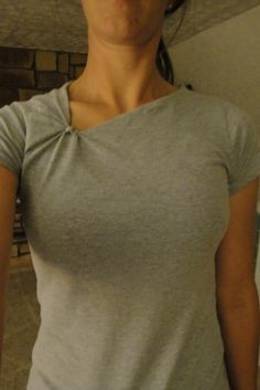 SMMARTideas: Time-Out for Mom: Knotted neckline shirt Tutorial T-Shirt Custom Trends Sewing Hacks, Sewing Tutorials, Sewing Projects, Sewing Patterns, Sewing Alterations, Shirt Alterations, Shirt Tutorial, Diy Kleidung, Diy Vetement