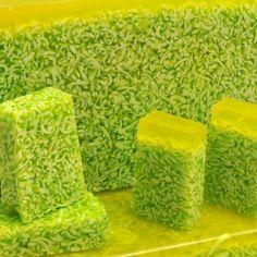Jabón de Aloe Vera. Fusión de virutas de jabón de aceite de oliva bañado en glicerina con Aloe Vera, esa sustancia casi mágica que regenera y nutre nuestra piel.