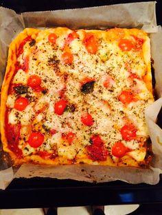 Pizza Casera, fácil de hacer. Para los que gusten de cocinar, una buena idea para invitar amigos o compartir con tu familia. Para la masa aceite, agua y 1/4 de cdita de levadura, harina y sal. Para la pizza, salsa de tomate, queso, tomates, albahaca, oreganano.