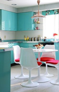 This is one smart kitchen that has the lot. Plain colour, bold pattern, small scale pattern, contrast colour and a combo of geometric and sinuous lines.