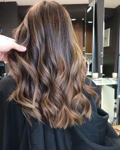Brunette Hair With Highlights, Honey Blonde Hair, Brown Hair Balayage, Balayage Brunette, Hair Color Balayage, Hair Color Streaks, Gorgeous Hair Color, Medium Hair Cuts, Hair Looks