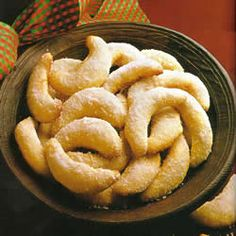 Vanillekipferl: These delicious butter cookies are made with ground almonds and homemade vanilla sugar. They taste best when allowed to ripen for a few days.if you can wait that long! Austrian Desserts, Austrian Recipes, German Recipes, Austrian Food, German Cookies, Galletas Cookies, Tasty, Crack Crackers, Breakfast
