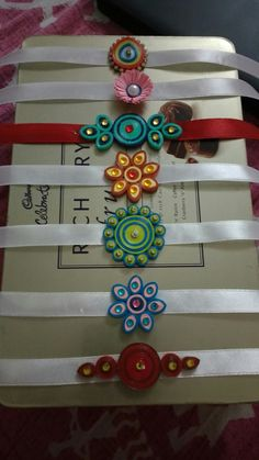 Paper Quilling Rakhi Diy Quilling Projects, Paper Quilling Patterns, Paper Quilling Jewelry, Quilling Designs, Quilling Dolls, Quilling Videos, Quilling Flowers, Quiling Earings, Quilling Rakhi