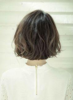 最近の私のスタイルのこだわりポイント!!髪の毛を柔らかく☆ふんわりとこれからの時期カラーリングなどは暗めカラーなどトーンダウンする方が増えてくると思います!!柔らかさって大切ですよね!!ボリュームがほしい方髪質が硬いのが気になる方逆にまとまりがほいし方色々な方の望みに近づけれるスタイルです☆ワンカールのパーマをかけるとスタイリングが簡単☆ダークトーンでもふんわりしてみえるスタイル☆アゴラインのボブになり安定感があります☆表面には髪の毛が動きやすいように少しだけだんを入れて☆扱いやすい万能スタイルになります☆是非髪質の悩み、クセの悩み色々ご相談ください!!