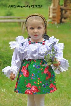 Traiborg - Member Home Page Folk Fashion, Hijab Fashion, Popular Costumes, Romanian Girls, Baby Faces, Pink Panthers, Folk Costume, Cute Kids, Little Ones