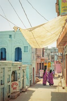 Three Weeks in Northern India | Women Walking in Osian India | photography by http://www.fionacaroline.com/ | Entouriste