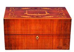 CAJA DE TÉ LUIS FELIPE. C. 1850 En madera de palosanto, con incrustaciones en marquetería. Interior con separador de compartimentos.Medidas: 30 X 17 X 14 cm.