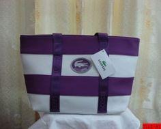 e57e2aeda7 Il est le sac Lacoste avec le blanc et le violet! Ce fourre-tout