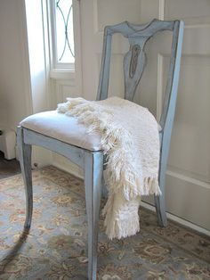 pale blue and white, chair Shabby Chic Furniture, Painted Furniture, Diy Furniture, Swedish Style, Nordic Style, Occasional Chairs, Scandinavian Design, Decoration, Blue And White