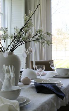 Head on over to the blog for our top 5 tips for styling your Easter table like a pro! Your Easter table can look absolutely stunning with very little effort if you just follow our simple guide. We love to entertain and gather the family around a table and we love nothing more than to decorate! But it has to be quick and it has to be easy. #eastertable #tablestyling