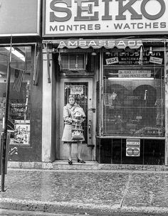 Chargex & Master Charge   Montréal, Québec  Photo by Richard Guimond ©1974 19740510  003 (3)f Nikon F2a 35mm f3.5, Tri-X D-76