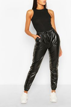 Black Joggers Outfit, Jogger Pants Outfit, All Black Outfit, Leather Jogger Pants, Leather Pants Outfit, Black Leather Pants, Winter Mode Outfits, Winter Fashion Outfits, Women's Fashion
