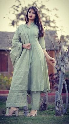 Pakistani Dresses Casual, Indian Gowns Dresses, Indian Fashion Dresses, Pakistani Dress Design, Indian Designer Outfits, Stylish Dresses For Girls, Stylish Dress Designs, Simple Dresses, Trendy Outfits
