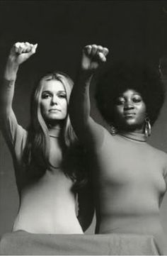 Gloria Steinem & Angela Davis, militantes et activistes féministes. That is NOT Angela Davis! Gloria Steinem, Angela Davis, Kathleen Hanna, Charlotte Rampling, Twiggy, Alexa Chung, Fashion Foto, Beautiful People, Beautiful Women