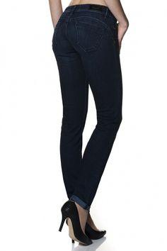 98% Algodão  2% ElastanoOs jeans wonder são amplamente reconhecidos pelo efeito push-up que incorporam, proporcionado pelo design dos bolsos traseiros que, associado às pinças laterais, criam uma copa modeladora. Mantendo uma cinta baixa estes jeans asseguram sensualidade e conf
