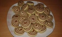 Φτιάχνουμε ωραία μπισκοτάκια πανεύκολα και με περίεργα σχεδιάκια !!!!   Μπορούμε να κάνουμε κορδόνια δίχρωμα χωριστά και να τα στρίψο... Cake Mix Cookie Recipes, Cake Mix Cookies, Cake Recipes, Vegan Sweets, Sweets Recipes, My Recipes, Recipies, Greek Recipes, Greek Sweets