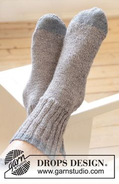 "Free pattern: Knitted DROPS men's socks with rib in ""Fabel"". ~ #DROPSDesign #Garnstudio"