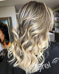 Aquele #ombre #hair bem loiro em baixo com algumas luzes vindo da raiz para dar um equilíbrio e brilho também na raiz !! By#douglasfaria #boatarde #boanoite #selodasloiras #cabelosdeusas #fabricadasloiras #loirodossonhos #loiroviciante #loiroplatinado #loiroperfeito #loirodivo #loiro #ombre #ombrehair #blond #blondhair #sombre #sombrehair #cabelocurto #loiros #loirodossonhos #platinado #loira #loirasbrasileiras #loiralinda #cabelosdivos #cabeloslindos #cabelosloiros