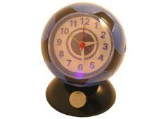 SVEGLIA PALLA LUCE NERO/AZZZURRI  Orologio sveglia da tavolo in plastica a forma di palla da calcio di colore nero-azzurro con luce per vedere anche al buio l'ora. Alimentata a batterie on incluse.