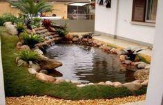 cascatinha e mini lago com pedras no jardim de casa