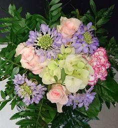 Pastelli kimppu: Hortensia, ruusu, neilikka Kukkiamme voi tilata myös verkkokaupasta http://meritorni.ekukka.fi
