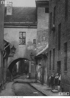 Fragment między ulicą Stefana Batorego, a ulicą Jana Kazimierza. Widoczna grupka dzieci przed wejściem do budynku.1920-1939
