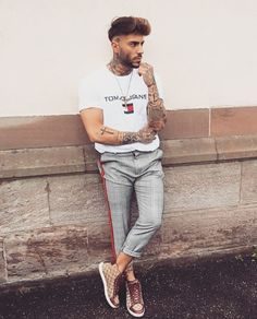 Explore the latest men's fashion must haves for 2018 with Farfetch. Modern Outfits, Simple Outfits, Men Looks, Fashion Magazin, Moda Blog, Masculine Style, Poses For Men, Latest Mens Fashion, Men's Fashion