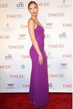 カーリークロスプリンス追悼のために紫の衣装で登場