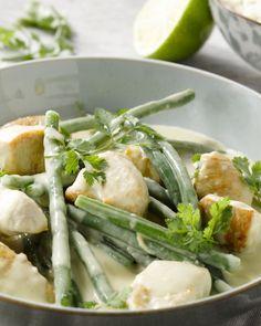 Kip met groene curry en sperzieboontjes Thai Recipes, Healthy Recipes, My Favorite Food, Favorite Recipes, Good Food, Yummy Food, Wok, Tapas, Foodies