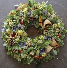 Wreaths are a classic Christmas tradition and they're great fun to make! Here's a list of over 80 beautiful Christmas ideas. Christmas Door Wreaths, Christmas Flowers, Autumn Wreaths, Holiday Wreaths, Christmas Crafts, Christmas Decorations, Christmas Candles, Outdoor Christmas, Christmas Ideas