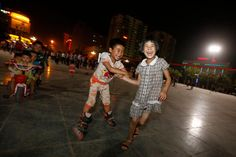 Juegos en una plaza en la ciudad Hotan #China #fotografia de Zhang Yuwei #Asia #infancia (via @Xinhua9 twitter)