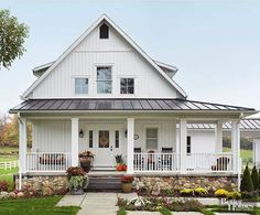 The farmhouse exterior design totally reflects the entire style of the house and the family tradition as well. The modern farmhouse style is not only for interiors. It takes center stage on the exterior as well. Exteriors are adorned with bright siding, t