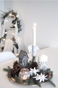 Easy And Simple Christmas Table Centerpieces Ideas For Your Dining Room 16 Classy Christmas, Noel Christmas, Beautiful Christmas, White Christmas, Christmas Lights, Modern Christmas, Christmas Design, Minimal Christmas, Natural Christmas