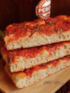 Pizza a lunga lievitazione con pomodoro, capperi e acciughe, con 1 grammo di lievito di birra, 24 ore di Lievitazione e idratazione 80%. #pizza #lungalievitazione #pomodoro #capperi #acciughe #idratazione #80 #lievitazione #24ore #ricetta #recipe #italianfood #italianrecipe #PTTRicette Salty Cake, Lunch Recipes, Crackers, Lasagna, Oreo, Sausage, Sandwiches, Bbq, Appetizers
