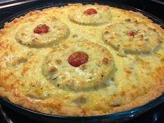 Kana-ananas-aurapiirakassa maistuvat broilerin, ananaksen ja aurajuuston lisäksi sipuli, valkosipuli, curry ja creme fraiche. Herkkupii...