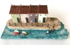 Eine Küsten Kunstszene mit kleinen Holzhäusern und kleine