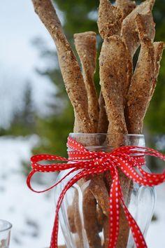 Troll a konyhámban: Magvas csavart rúd- paleo Salty Snacks, Plant Hanger, Christmas Ornaments, Holiday Decor, Troll, Scones, Food, Diet, Savory Snacks