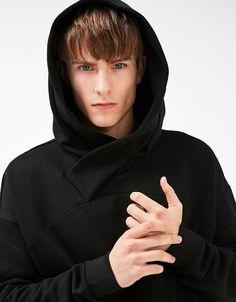 Sudadera cuello cruzado. Descubre ésta y muchas otras prendas en Bershka con nuevos productos cada semana