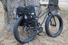 Pugsley Fat Bike  - Arkel XM-28 Panniers Ça doit faire bizarre de rouler en forêt avec ce vélo sans suspensions.