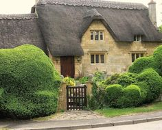 Thatched roof cottage in the Cotswolds England Irish Cottage, Cute Cottage, Cottage Style, Beautiful Homes, Beautiful Places, Irish Decor, Country Decor, Thatched Roof, Thatched House
