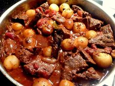 Hovädzie dusené na cibuľkách Stifado Beef Neck Bones, Slow Cooker Recipes, Crockpot Recipes, Pot Roast, Stew, Chili, Food And Drink, Menu, Healthy